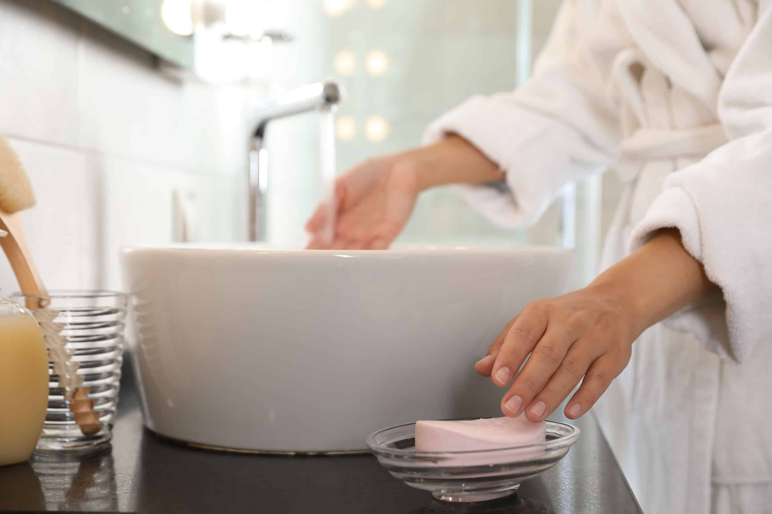 Imagem de uma pessoa lavando as mãos.