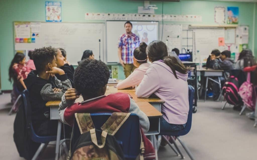 Imagem de crianças em uma sala de aula.