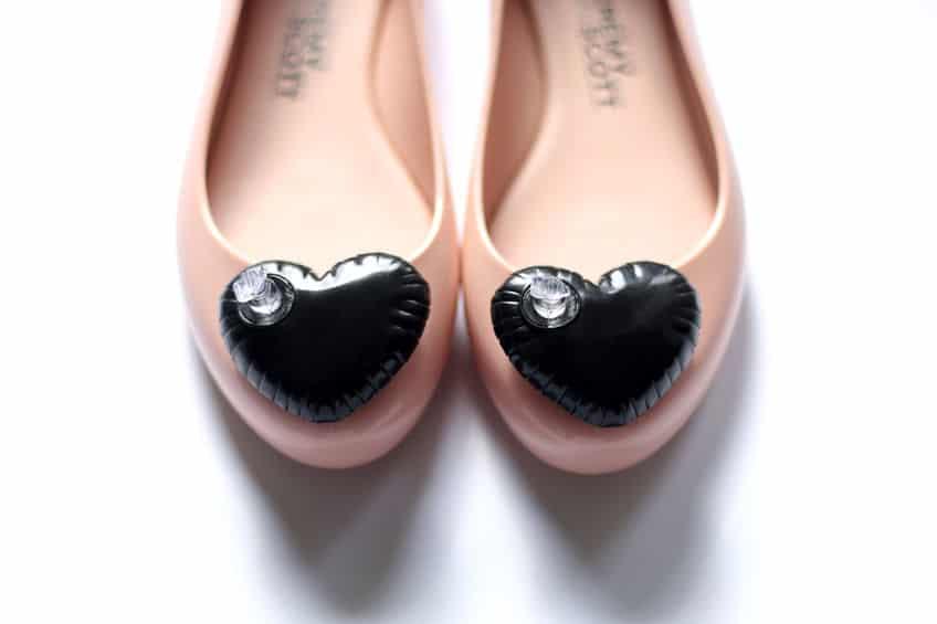 Sapato Melissa cor de rosa com coração preto.
