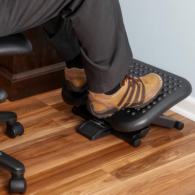 Imagem de pés com sapatos sobre um descanso de pés.
