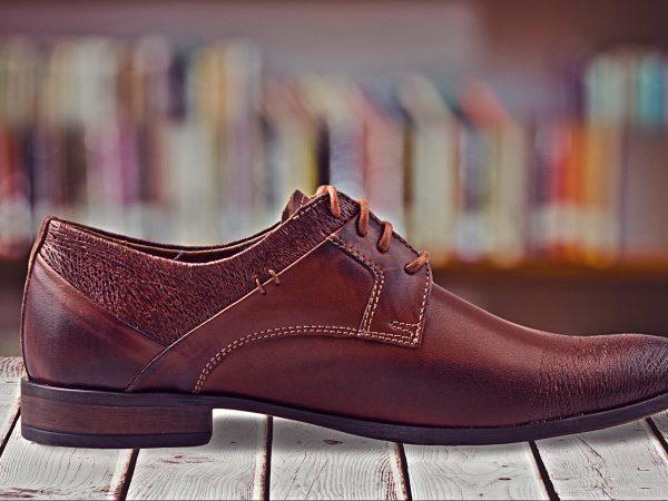 Imagem de um sapato social masculino.