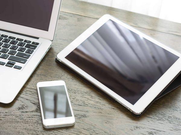 Imagem mostra um tablet, um celular e um notebook