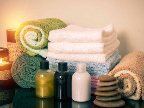 Imagem de diversas toalhas e itens de banho.