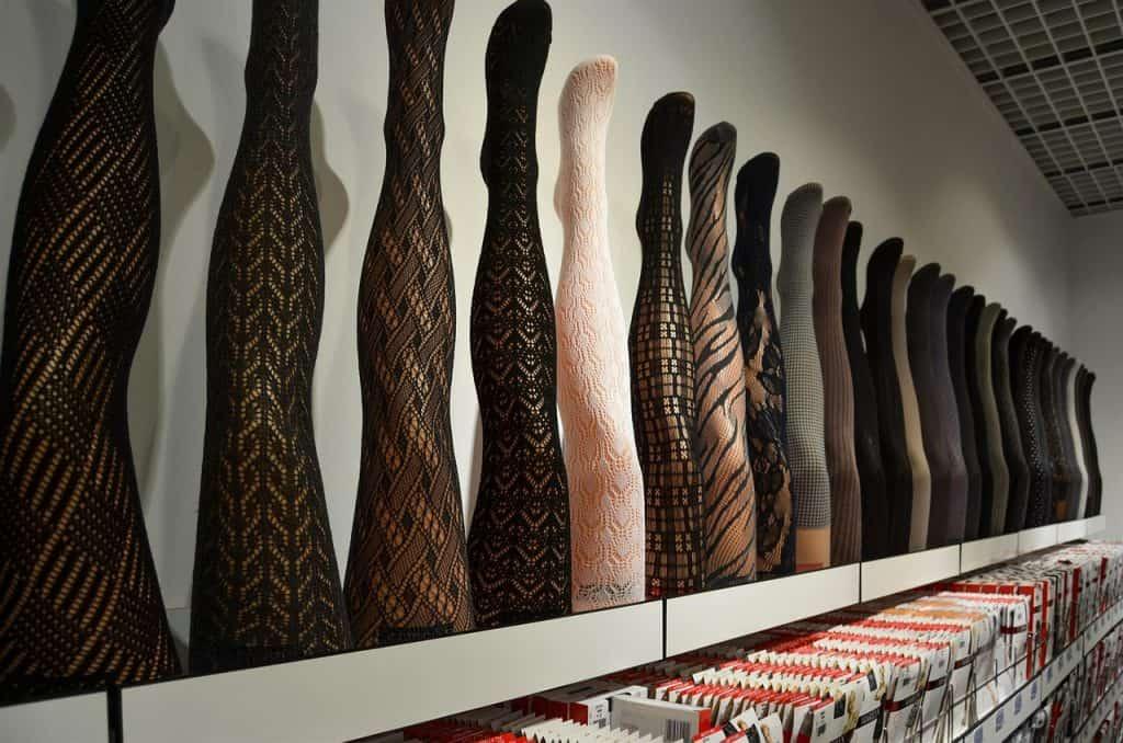 Foto de diversas meias calças em mostruário de loja.