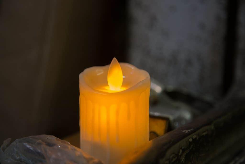 Imagem de uma vela de LED com chama amarela.