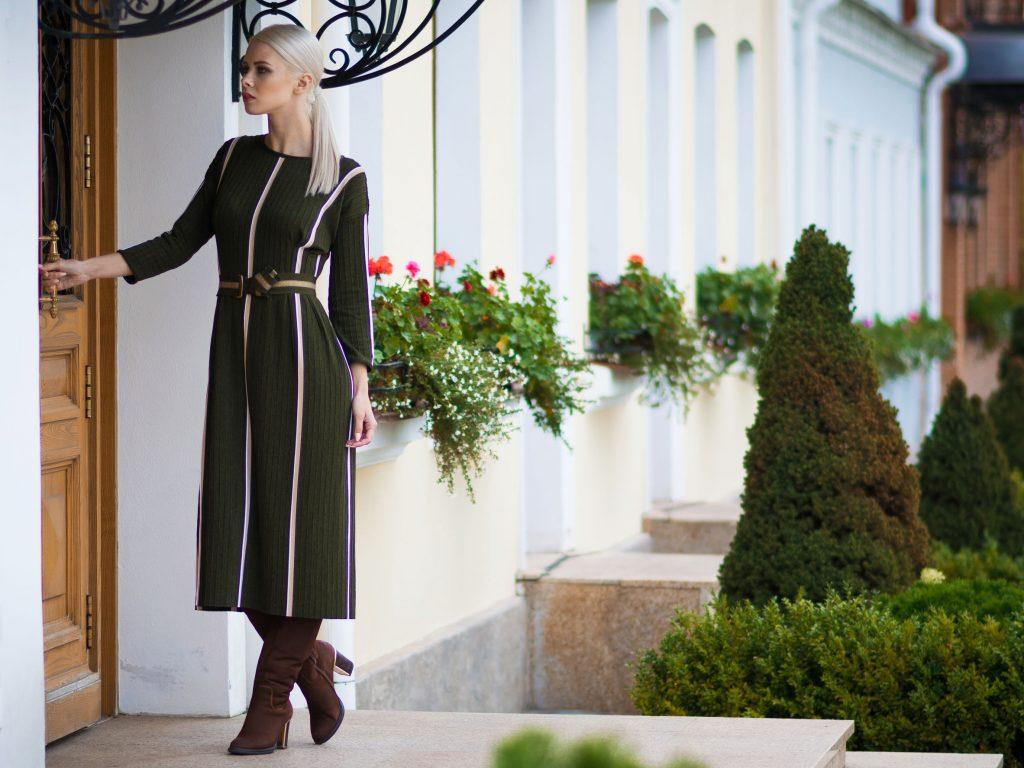 Imagem de uma mulher usando um vestido midi.