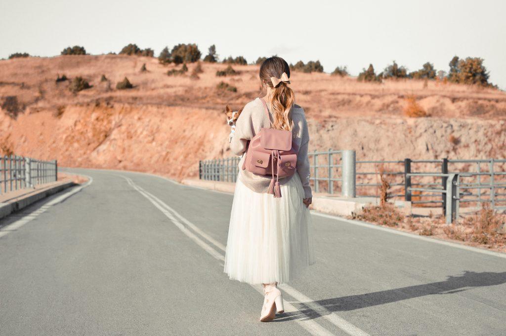 Imagem de uma mulher usando um vestido em comprimento midi.
