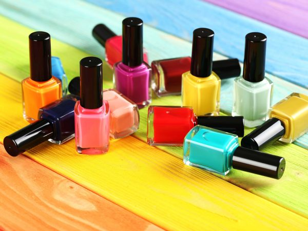 Vidros de esmalte de diversas cores.