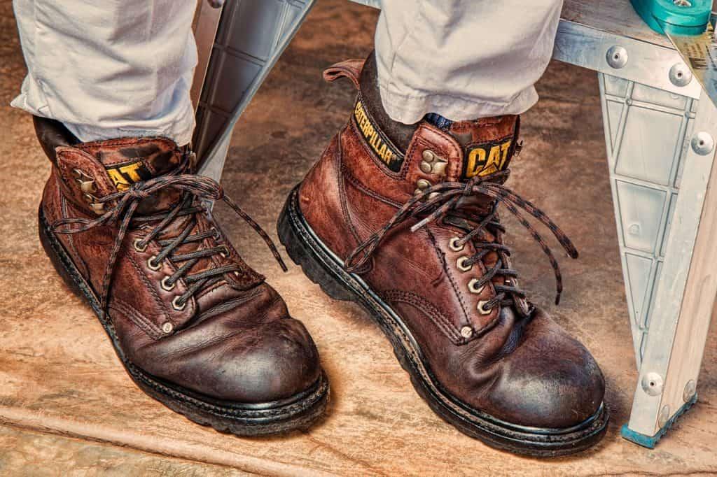 Imagem de um homem calçando botas no estilo Work.