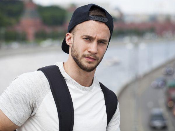Imagem de homem usando um boné preto