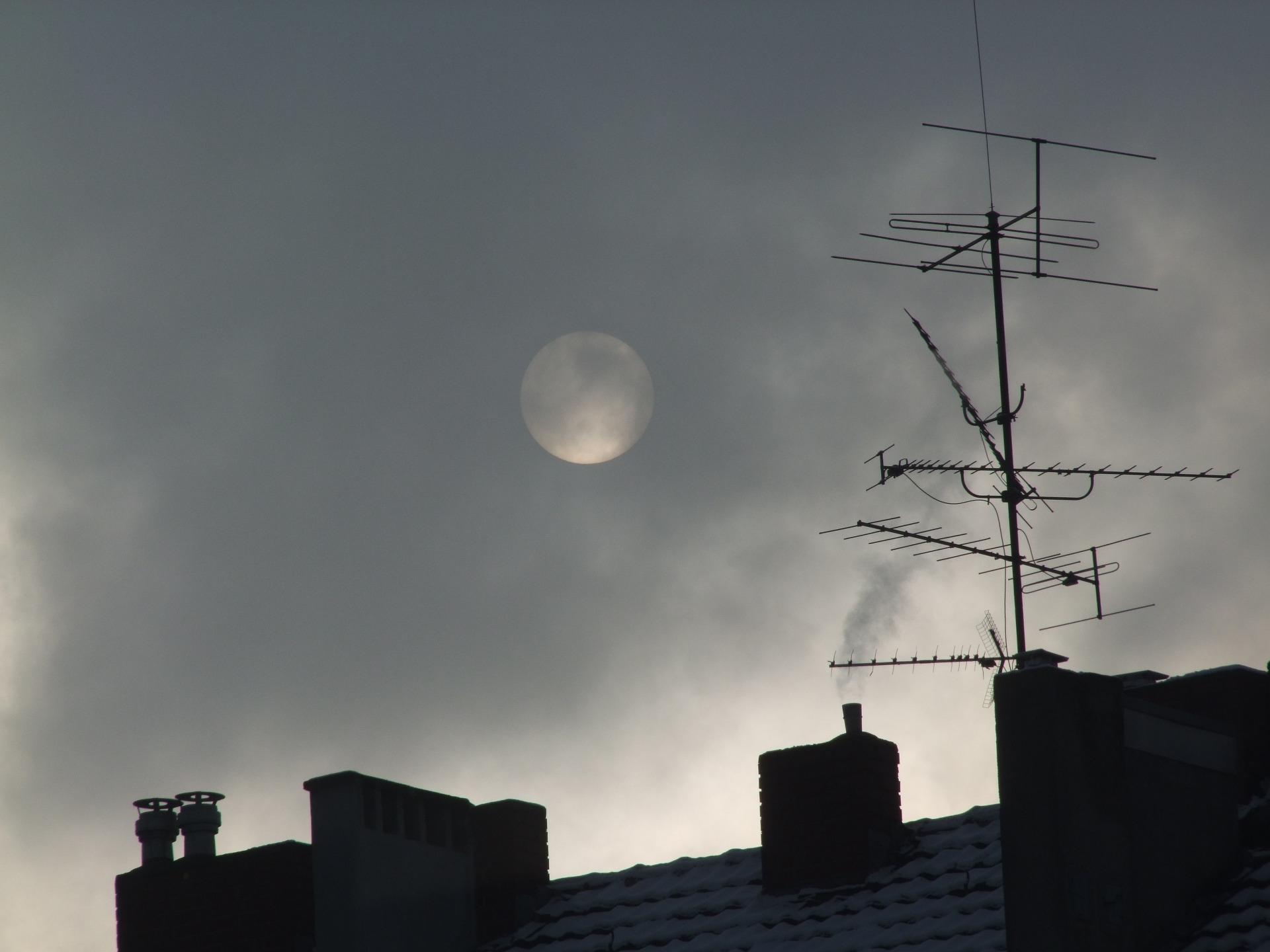 Na foto uma telhado com algumas antenas em cima.