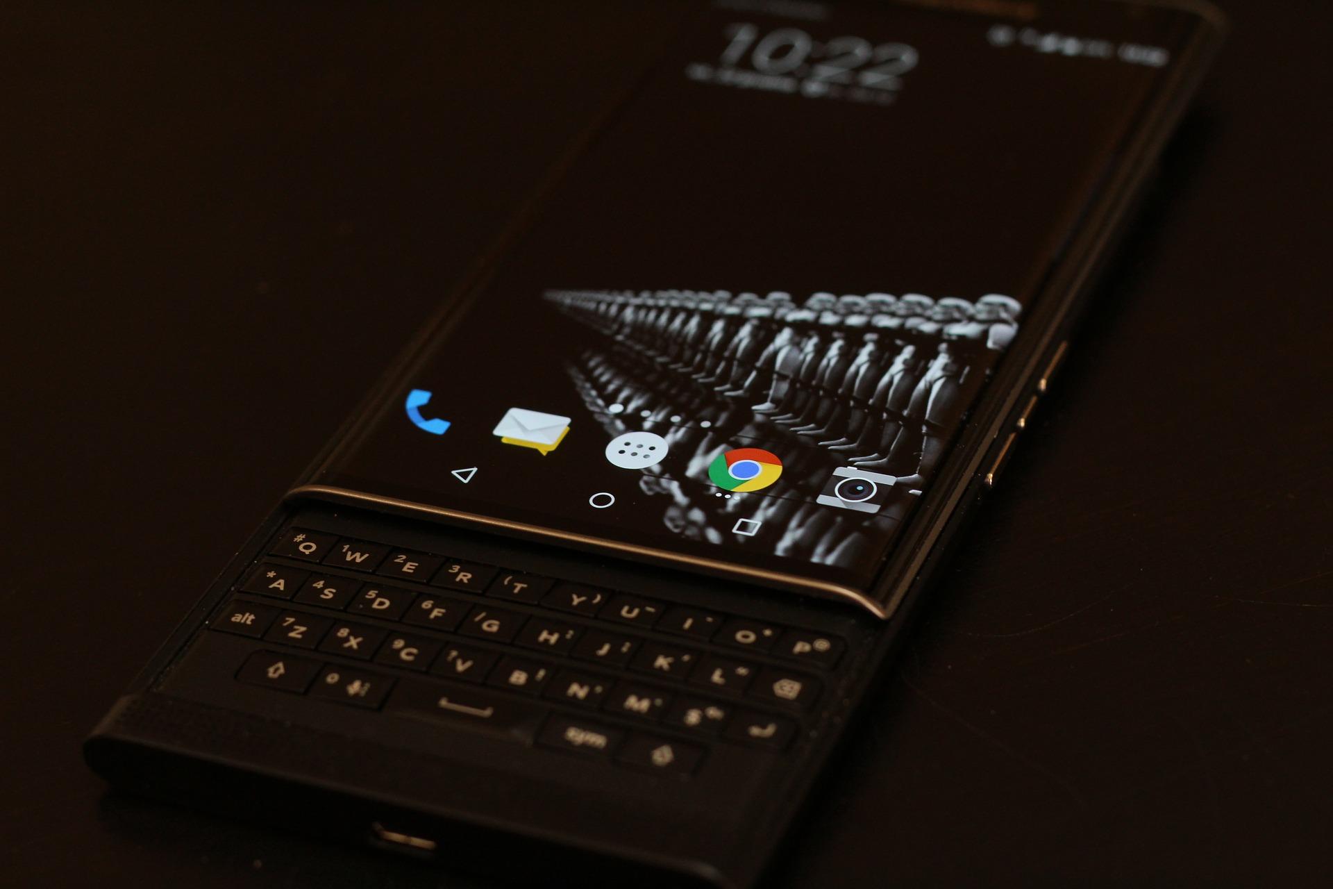 imagem de um Blackberry, com o inconfundível telado fora da tela.