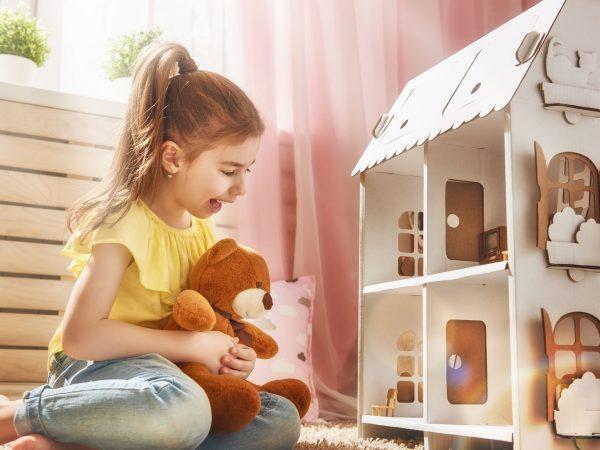 Imagem de uma menina brincando de casinha