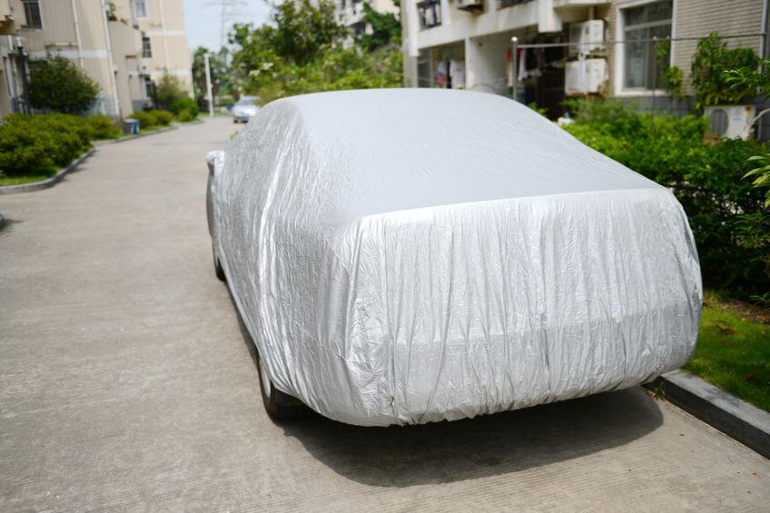 Uma capa de carro cobrindo um automóvel estacionado