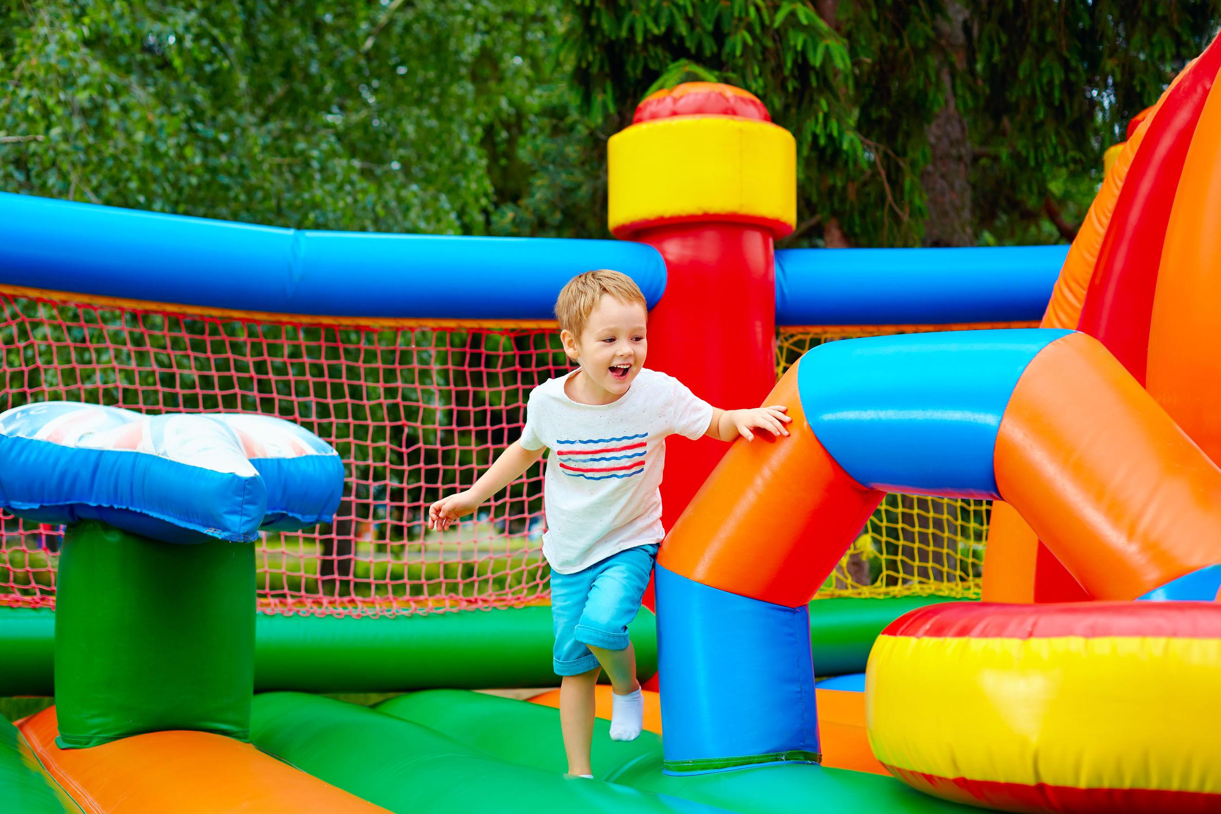 Castelo inflável multicolorido disposto sobre gramado