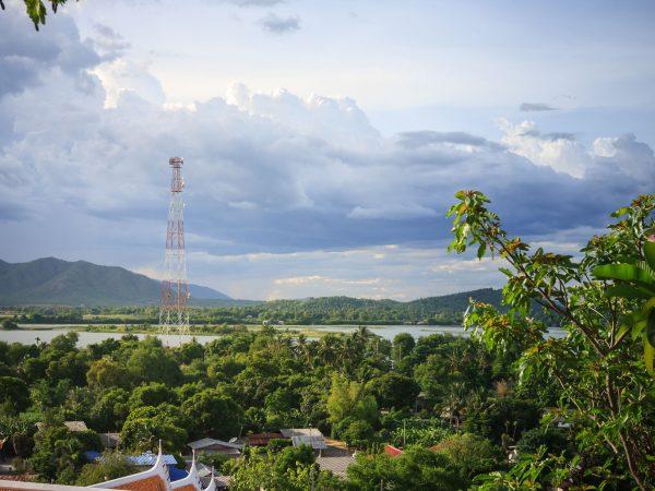 Imagem mostra uma torre de telefonia celular em uma área rural.