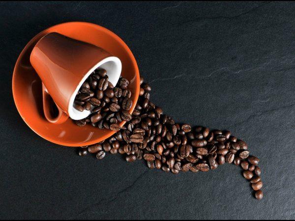 Café em grãos na xícara.
