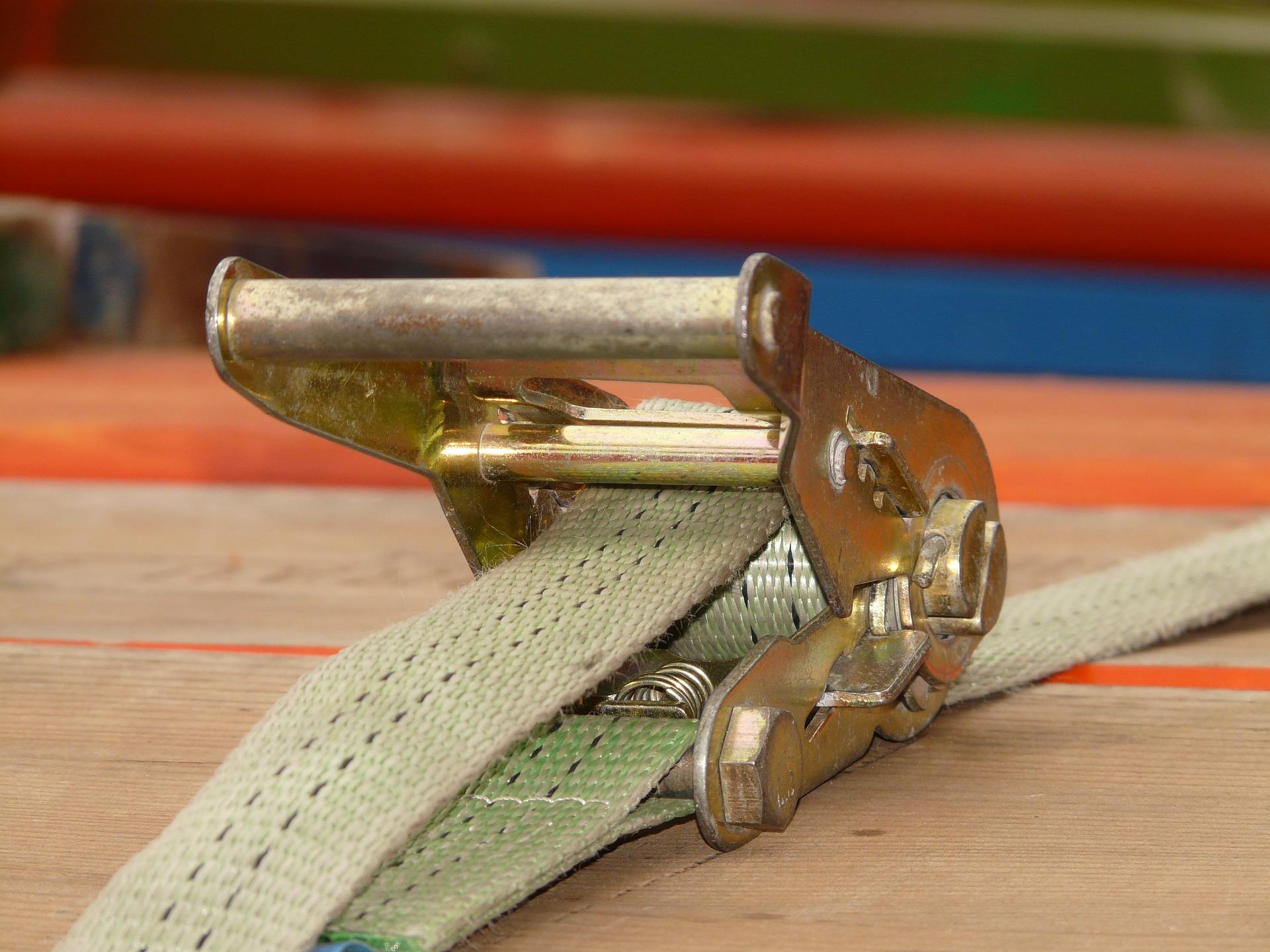 Uma cinta de amarração com um gancho de metal.