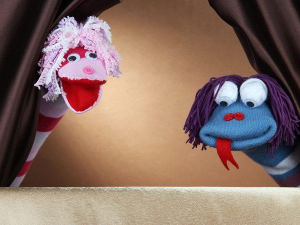Dois fantoches sendo manipulados para uma apresentação