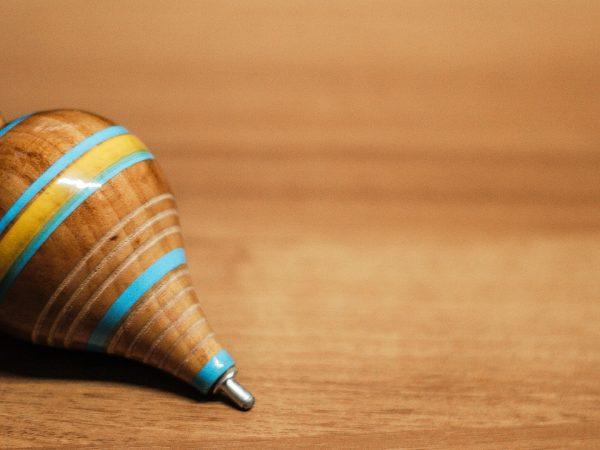 Imagem de um pião de madeira.