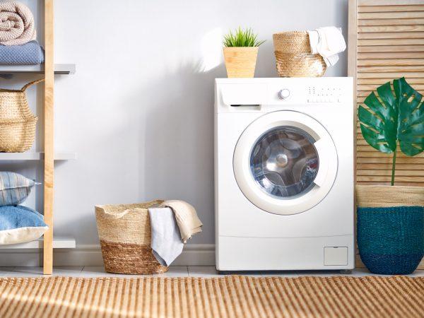 Máquina de lavar roupa na lavanderia.