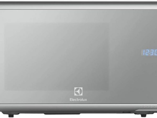 AltText: Imagem de um micro-ondas Electrolux prata em uma bancada.