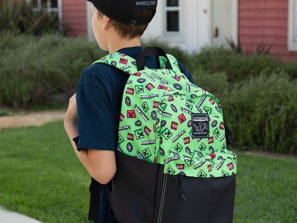 Um garoto está de costa enquanto carrega uma mochila Minecraft com alças.