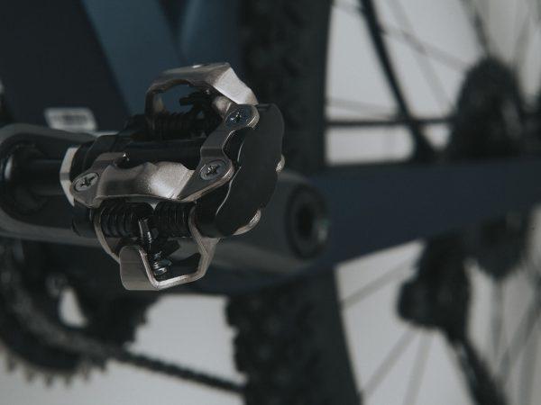 Imagem mostra em detalhe um pedal clip do tipo SPD.