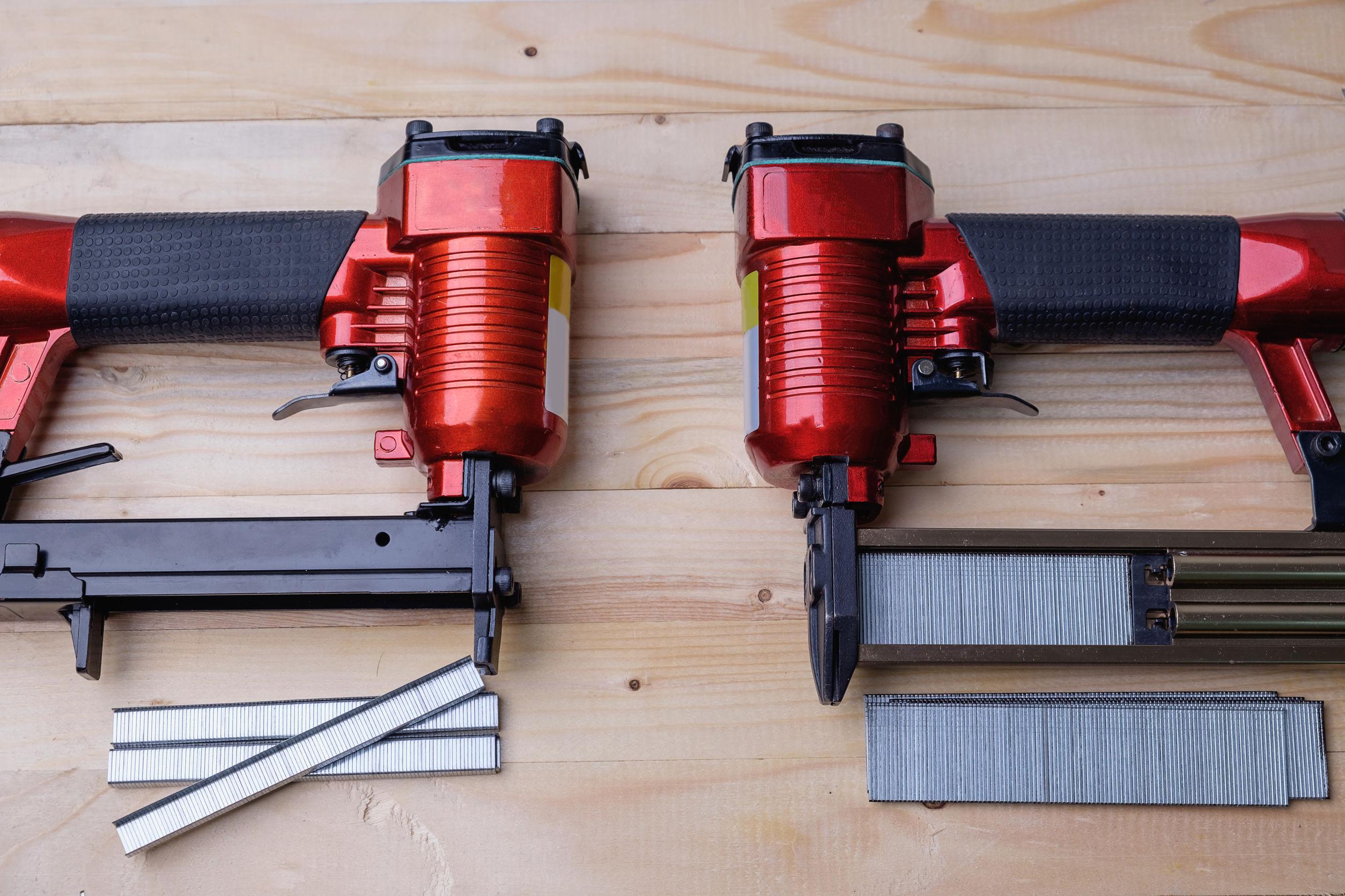 Imagem mostra dois pinadores lado a lado sobre uma mesa junto a um conjunto de pinos.