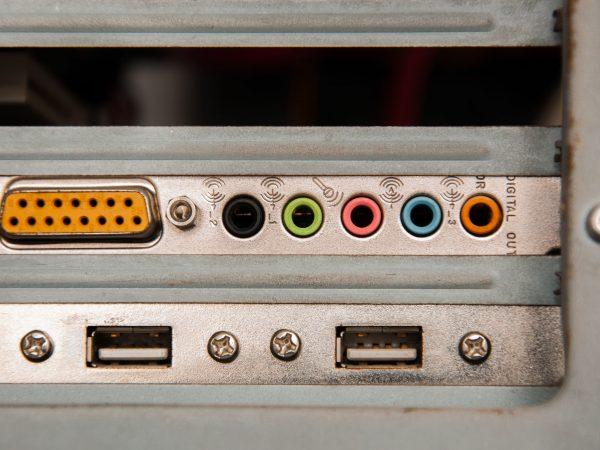 Imagem mostra as entradas de uma placa de som USB.