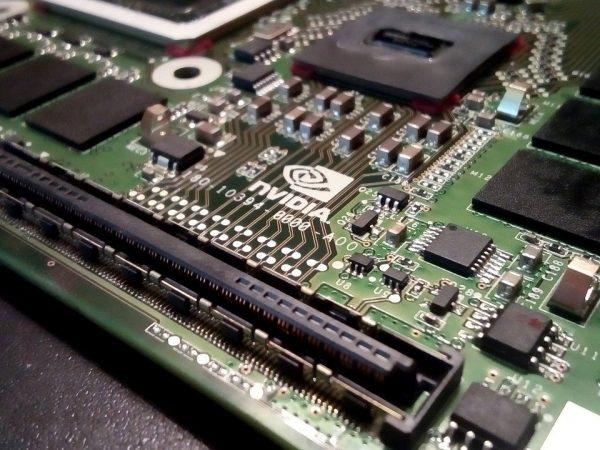 Imagem mostra uma placa de vídeo Nvidia por dentro.
