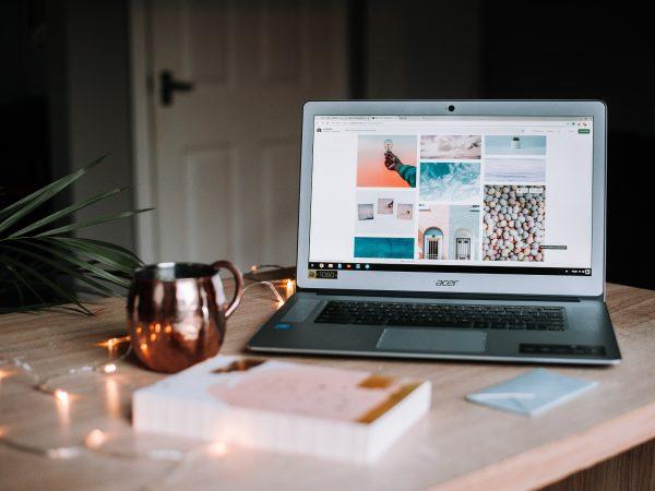 Imagem de um notebook da Acer em cima de uma mesa