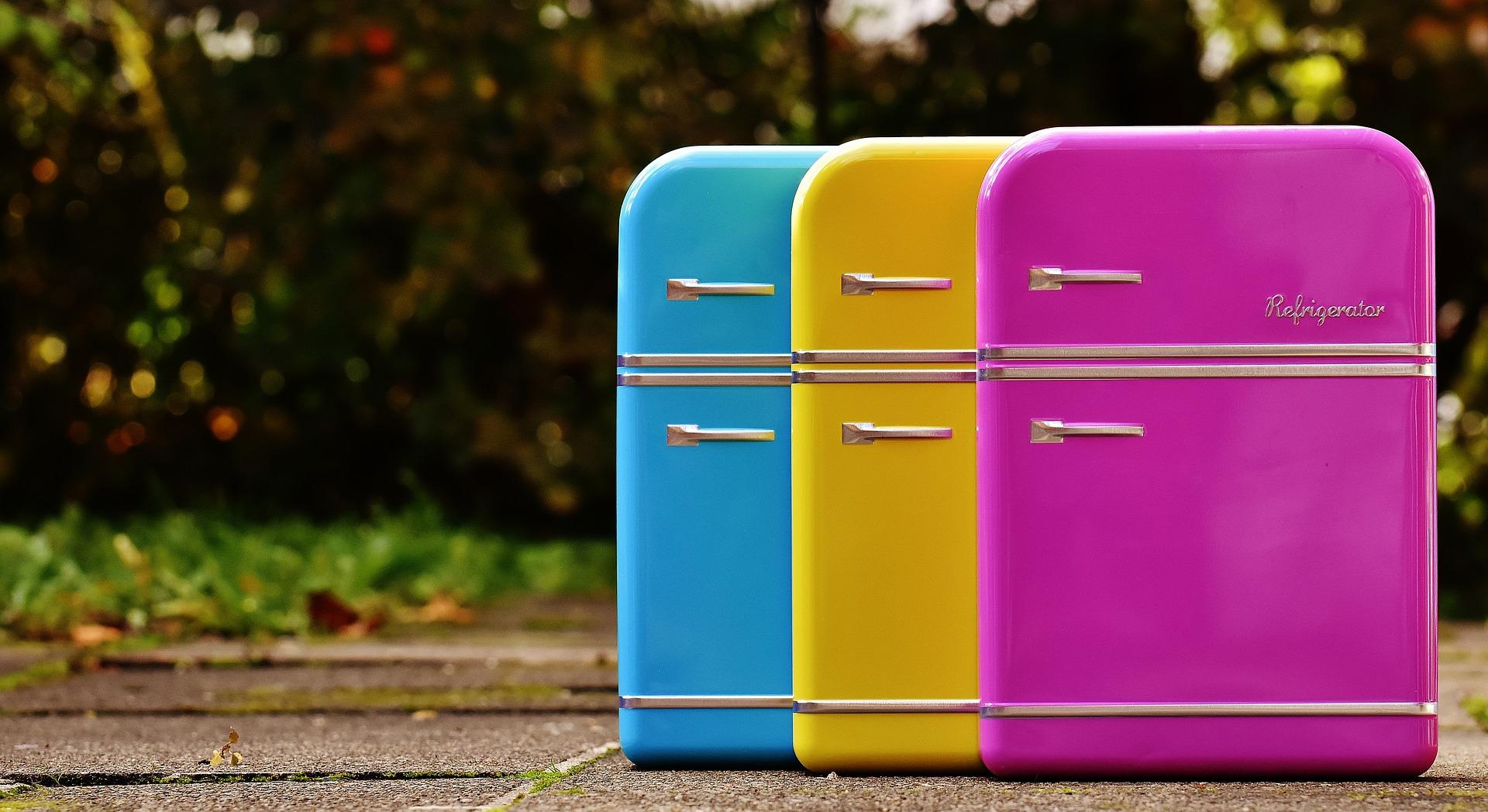 Três mini geladeiras coloridas.