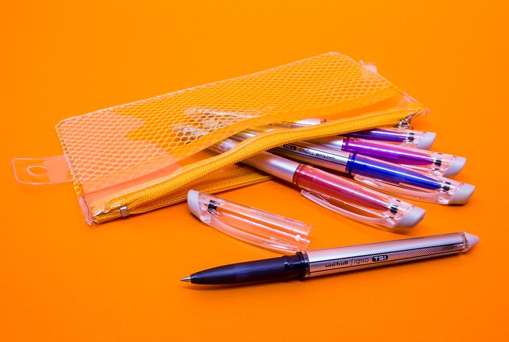 Na foto quatro canetas com tampa que apaga.