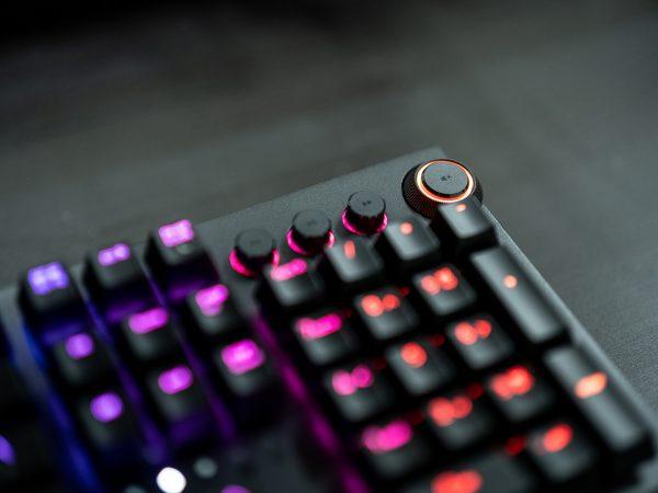Imagem de teclado Razer com destaque nas teclas de controle de volume
