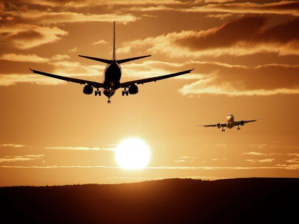 Dois aviões voando.