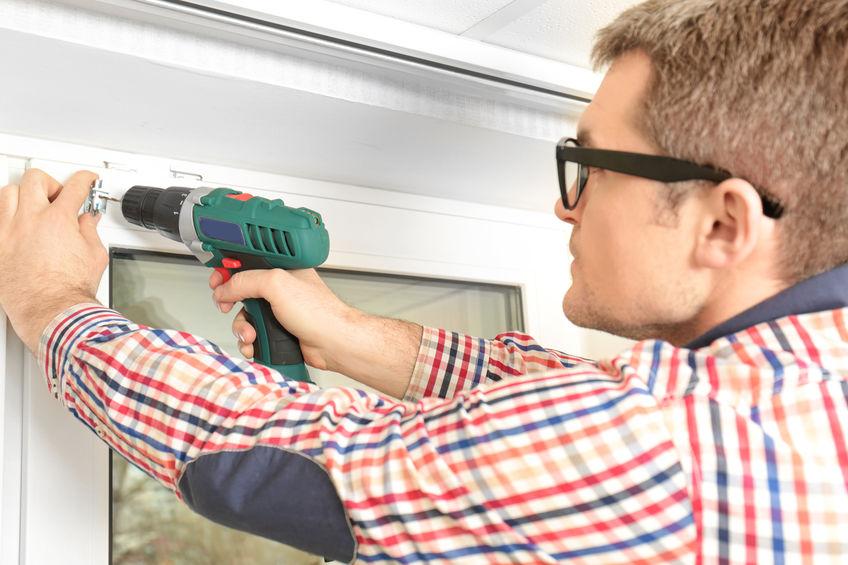 Imagem mostra um homem usando uma parafusadeira Bosch em uma janela.