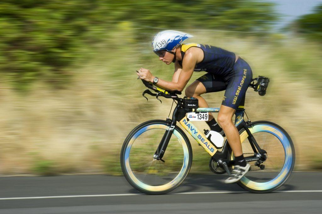 Imagem mostra uma pessoa em uma competição de triatlo