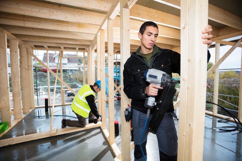 Imagem mostra um trabalhador usando um pinador em uma construção.
