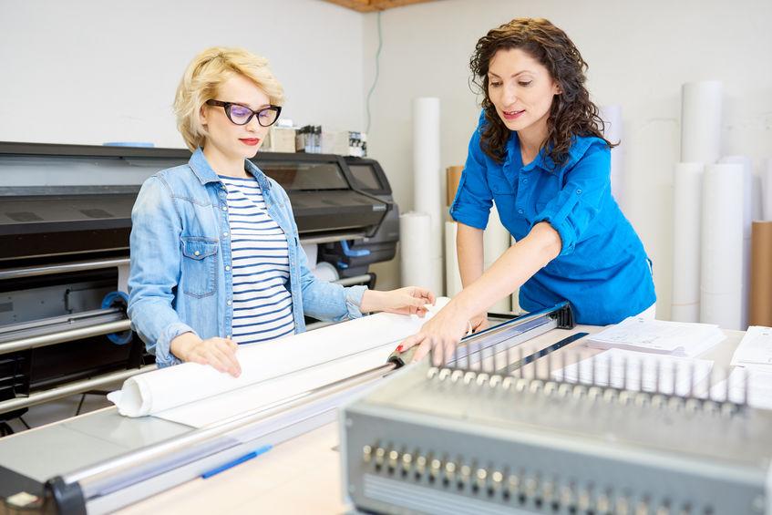 Imagem de mulheres utilizando uma plotter de recorte