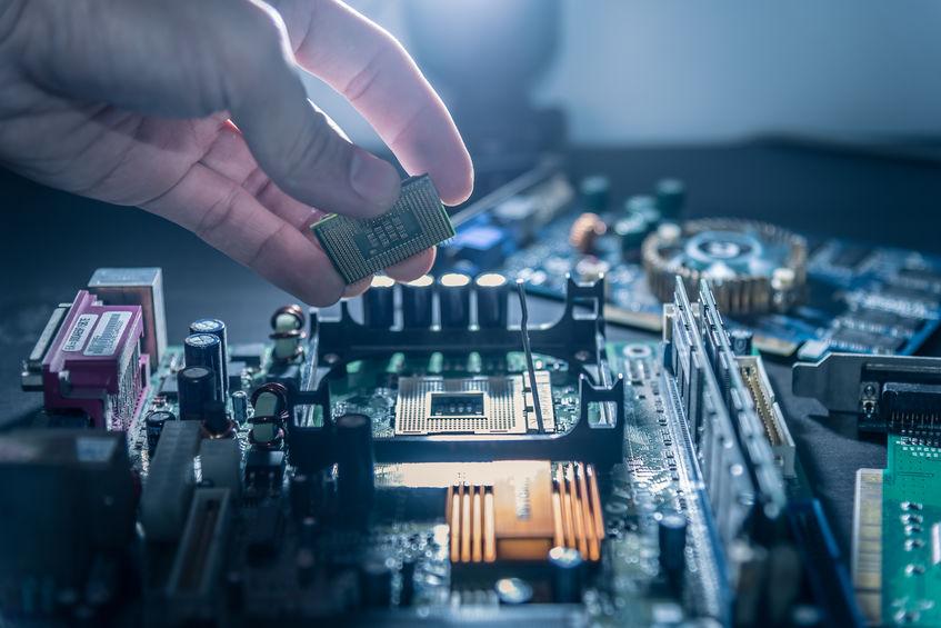 Mão em close mexendo em um processador.