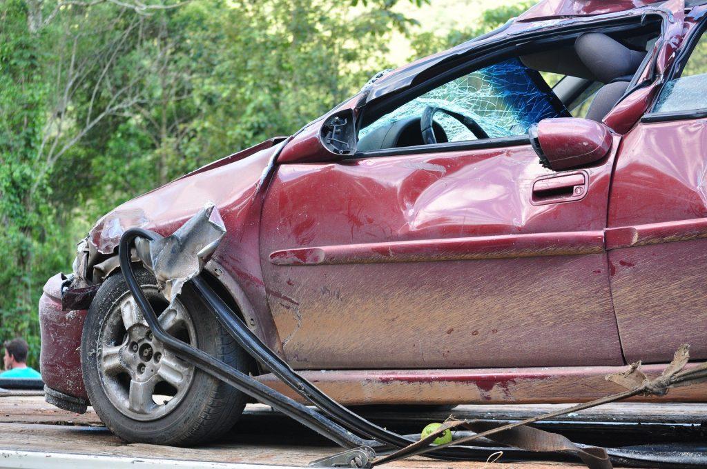 Carro vermelho destruído após uma colisão