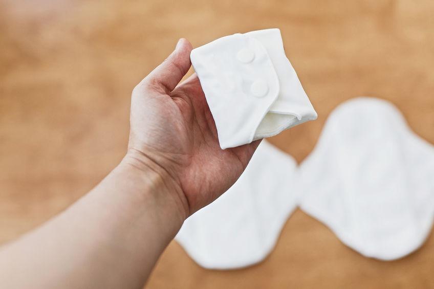 Imagem de pessoa segurando um absorvente ecológico