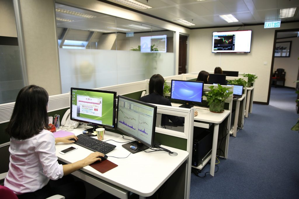 Escritórios com pessoas trabalhando no computador.