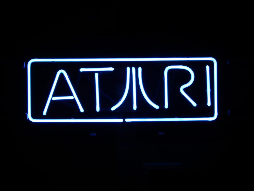 Imagem de logotipo da Atari em luz neon azul