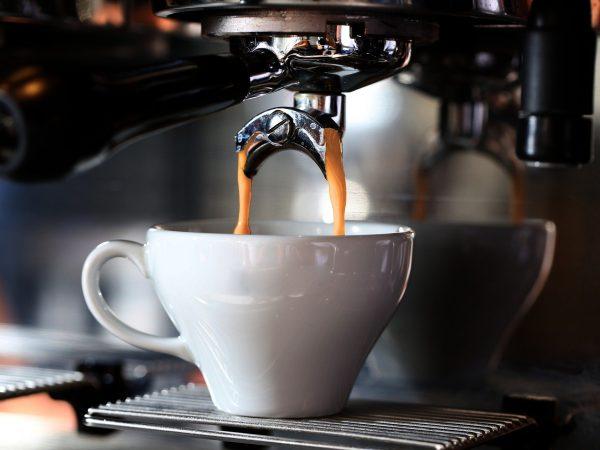 Café sendo feito na cafeteira.