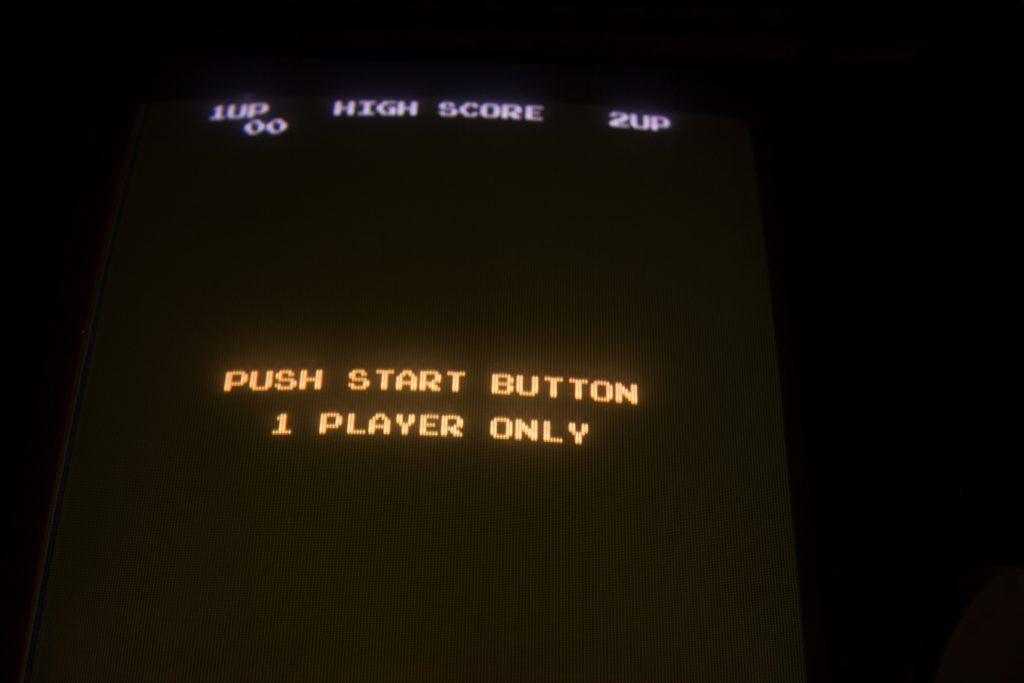 Imagem mostra a tela de inicialização de um game retrô.
