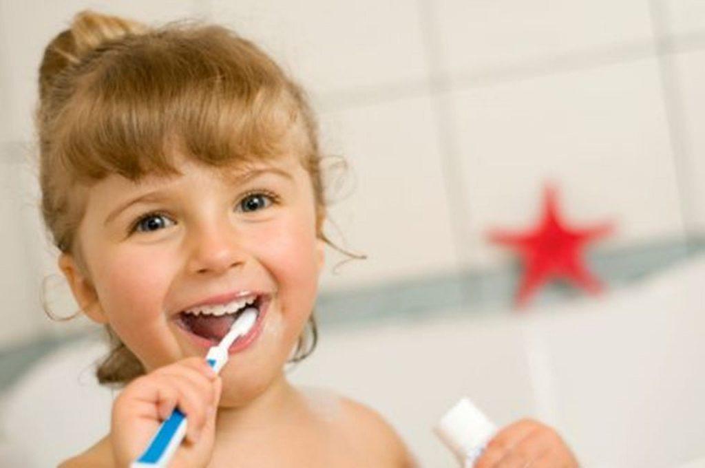 Criança escovando os dentes.