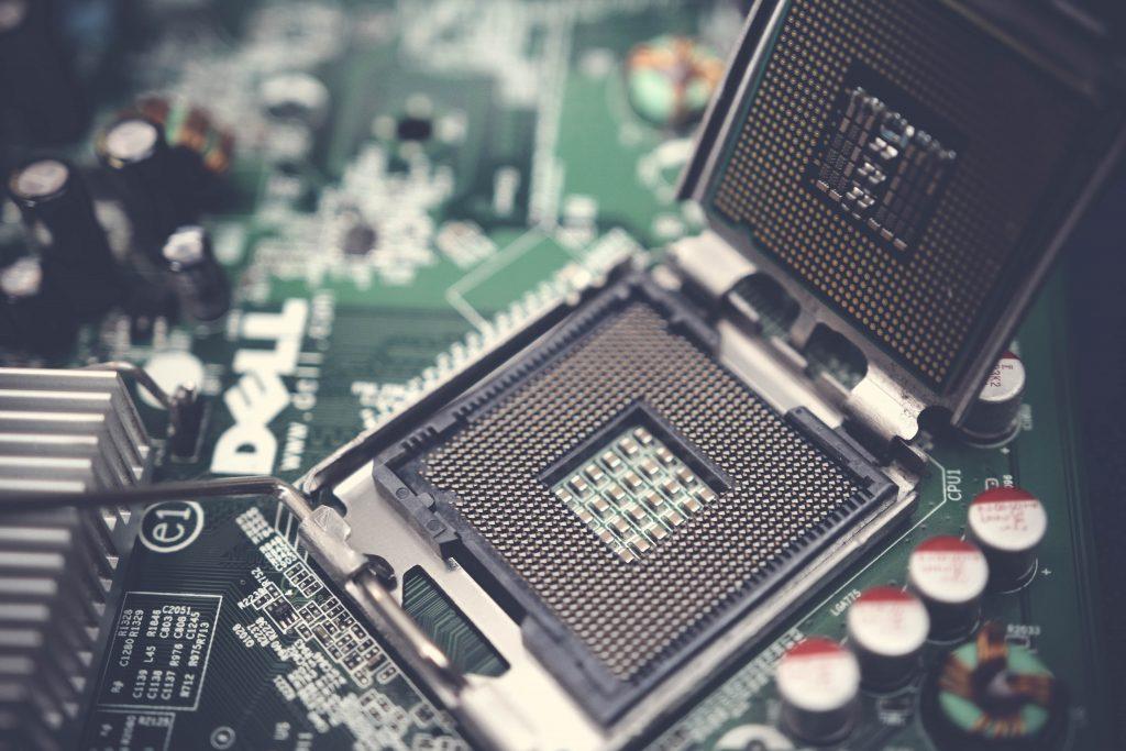 Imagem de um processador em close.