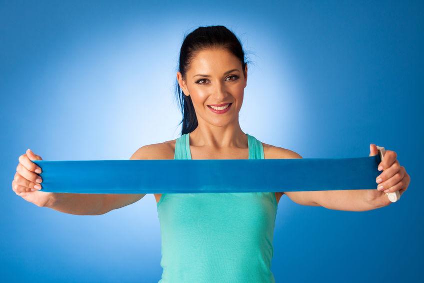 Mulher esticando uma mini band azul.